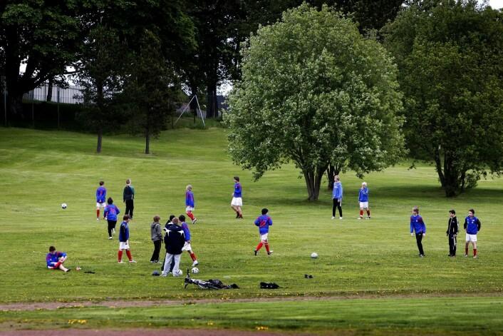Barn som spiller fotball er jo sporty folk, så hvorfor ikke gå eller sykle til trening? For lange avstander, er svaret foreldrene oppgir i undersøkelsen. (Foto: Gorm Kallestad, NTB scanpix)