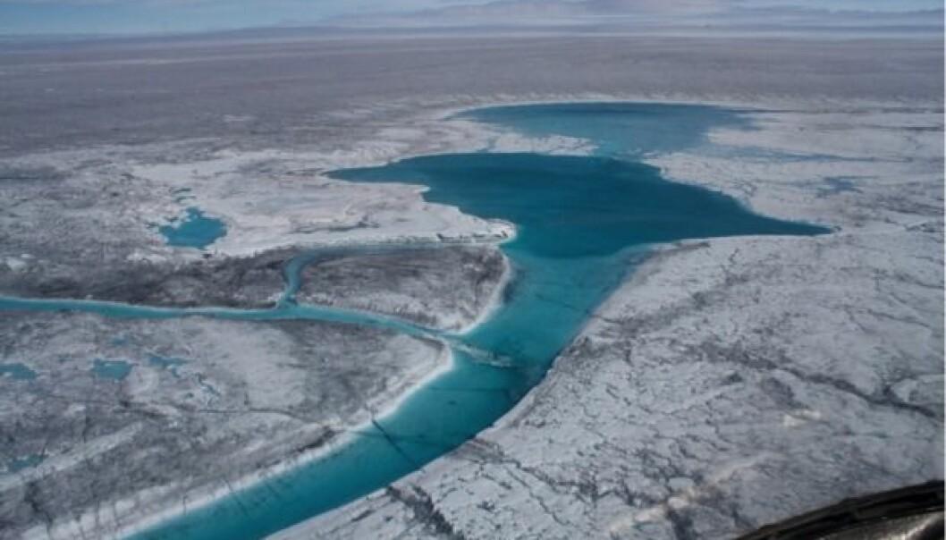 Det oppstår sjøer på isens overflate etter smeltesesongen. Senere trenger vannet ned under isen og får den til å smelte og bevege seg raskere. Det gjør isen mer sårbar.  (Foto: Sam Doyle)