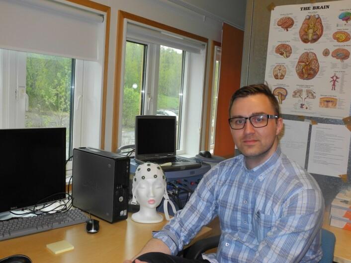 Asbjørn Fagerlund ved Institutt for psykologi, UiT har gjennomført en studie der pasienter med kroniske muskelsmerter får en mild likestrøm mot hjernen. (Foto: Johanne Røe Mathisen)