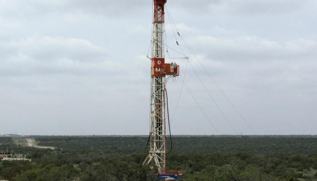 En fracking-brønn i Texas. Vann pumpes inn i bakken for å knekke opp steinen under. Sprekkene i steinen gjør det mulig å utvinne olje og gass. (Foto: Terry Wade/Reuters)