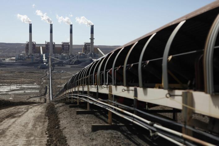 Et kullkraftverk i Wyoming i USA. Du kan se transportbåndet som bærer kull fram til fabrikken. (Foto: Jim Urquhart/Reuters)