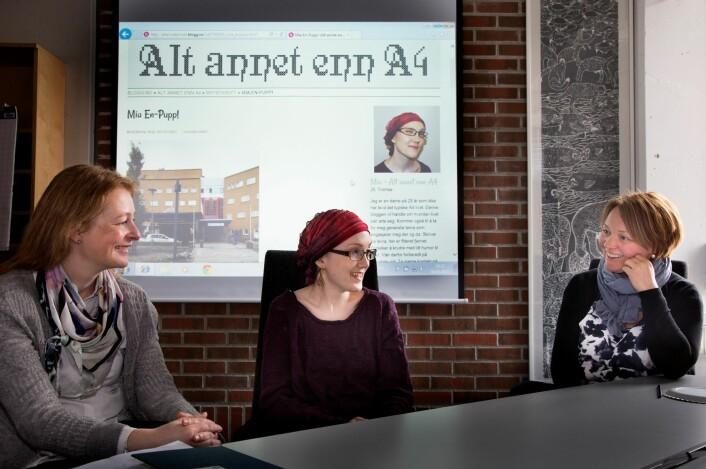 Linda Nesby (t.v) og Hege Kristin Andersen (t.h) er med i forskningsgruppen Health, Art and Society og forsker på pasienthistorier og har både lest bloggen til og møtt Mia Ingebrigtsen.  (Foto: Stig Brøndbo)