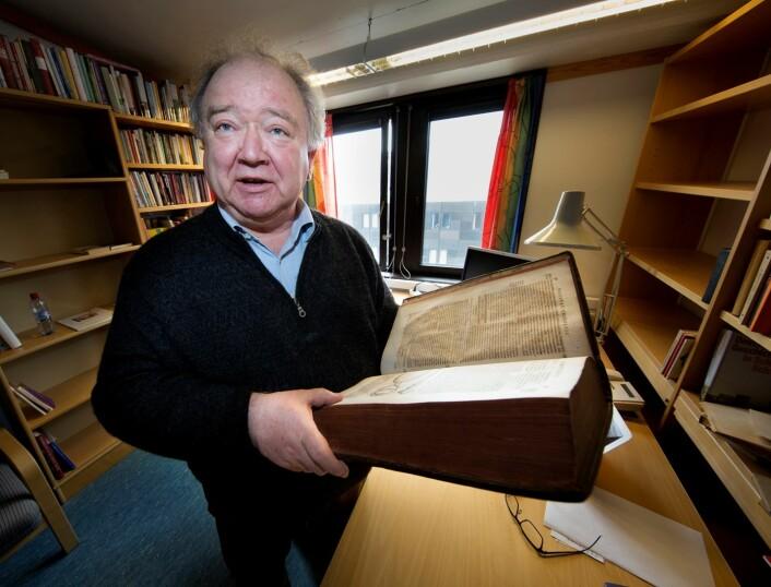Professor i tysk litteratur ved UiT, Michael Schmidt, gransker nesten 500 år gamle originaltekster for å finne ut hvordan pasientfortellingene har endret seg gjennom historien.  (Foto: Stig Brøndbo)