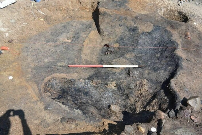 Ildstedet i smien (essen) under utgravning. Selve ildstedet har ligget i forkant mens masser som har blitt renset ut ligger i bakkant.  Foto: Kulturhistorisk museum.
