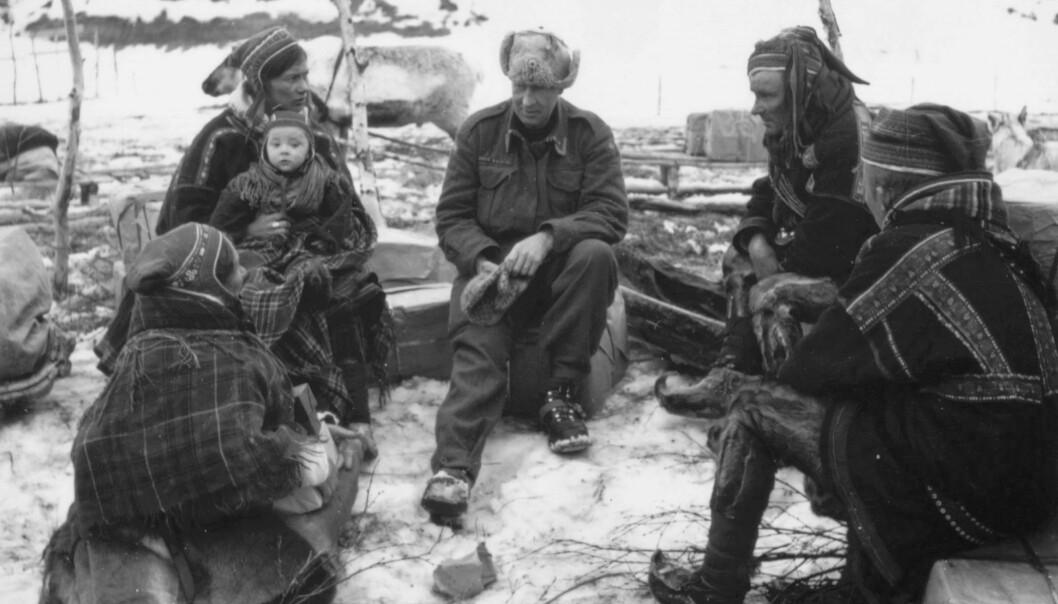 Det å si noe uten å egentlig si det var en nødvendig overlevelseskunst i samiske småsamfunn, mener litteraturforsker Lill Tove Fredriksen. Det er uvisst om den offiseren i midten forstår de sosiale kodene i samtale med en samefamilie i Kautokeino i 1945. (Illustrasjonsfoto:Gunnar Fougner/ Finnmark Fylkesbibliotek)