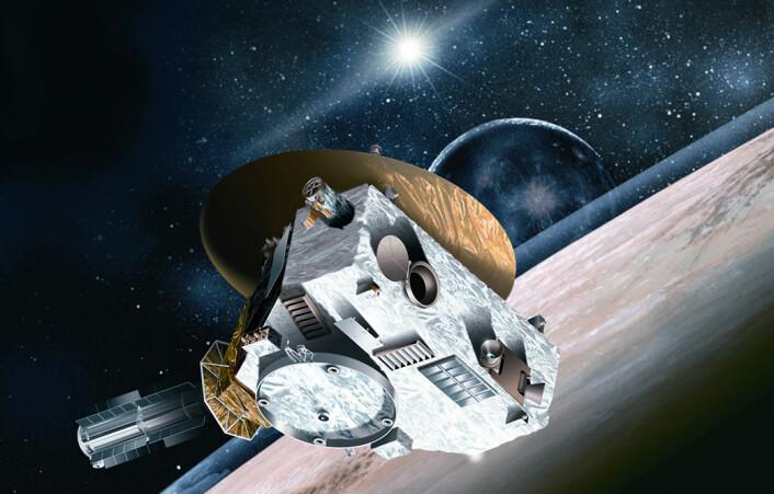 New Horizons på vei mot Pluto, med månen Charon i bakgrunnen. Sola er nesten seks milliarder kilometer unna, på det meste nesten førti ganger større avstand enn mellom sola og jorda. Derfor ser den bare ut som en sterk stjerne, sett fra Pluto. (Foto: (Illustrasjon: Johns Hopkins University Applied Physics Laboratory/Southwest Research Institute))