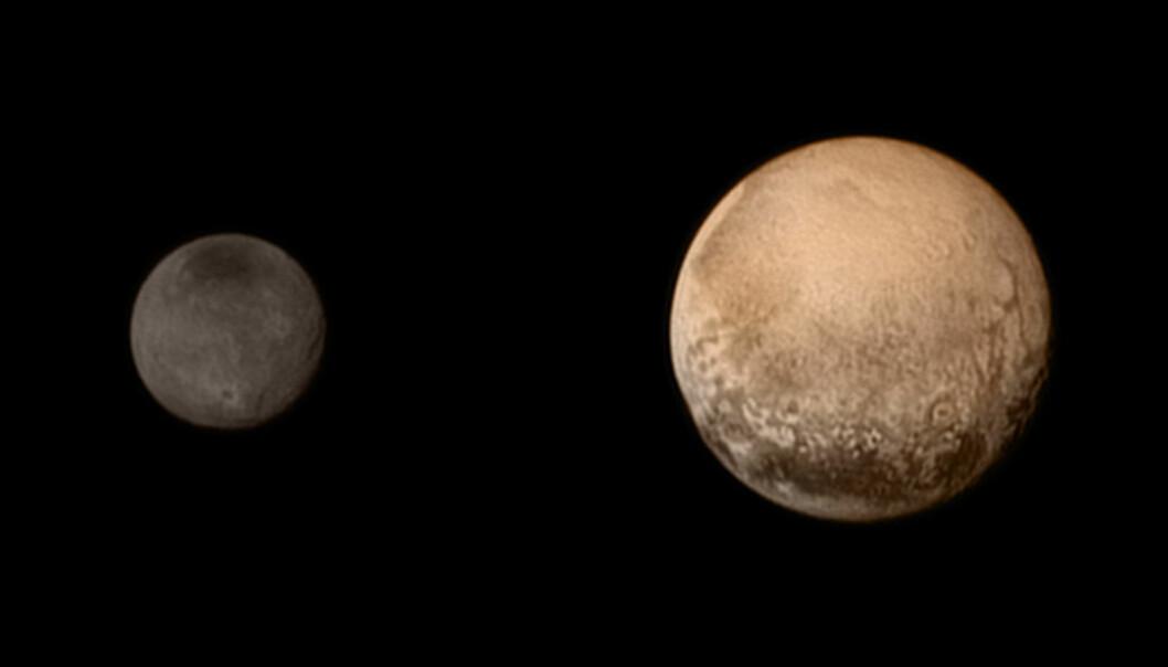 Pluto (til høyre) og månen Charon står fram med flere detaljer enn mennesker noensinne har sett i dette bildet tatt i svart-hvitt med kameraet LORRI og supplert med fargedata fra kameraet Ralph på romsonden New Horizons. Nær Plutos sydpol (nederst) sees mørkere områder, som dessverre vil forsvinne ut av syne når romsonden stuper skrått ned mot planeten og passerer bare 12 500 kilometer over den frosne overflaten. (Foto: NASA/JPL)