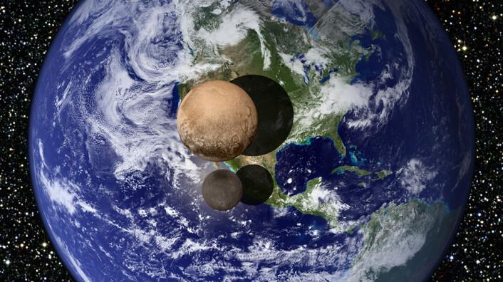 Plutos måne Charon er litt over halvparten så stor som dvergplaneten selv. Dette gjør at astronomene ser på de to klodene som en dobbeltklodesystem snarere enn som moderklode og måne. Jordas måne er også forholdvis stor i forhold til vår egen planet. Dette gjør at jord-månesystemet også betraktes som en dobbeltplanet. Her er Pluto og Charon sammenlignet med størrelsen til jorda. (Foto: (Figur: NASA))