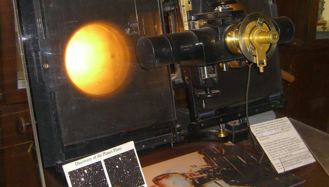 Med dette instrumentet fra Carl-Zeiss kunne Clyde Tombaugh sammenligne to fotografier av samme stjernehimmel, tatt på ulike netter. Hvis en planet var i bildet, ville den ha flyttet seg mellom nettene. Apparatet gjorde det mulig å veksle raskt fram og tilbake mellom bildene, slik at planeten hoppet fra ett sted til et annet. Slik oppdaget Tombaugh dvergplaneten Pluto i februar 1930, etter over tre års tålmodig gransking av over tusen fotografier. Apparatet er stilt ut på observatoriet der han arbeidet, Lowell Observatory i Flagstaff, Arizona. (Foto: Pretzelpaws,  Creative Commons Attribution-Share Alike 3.0 Unported)