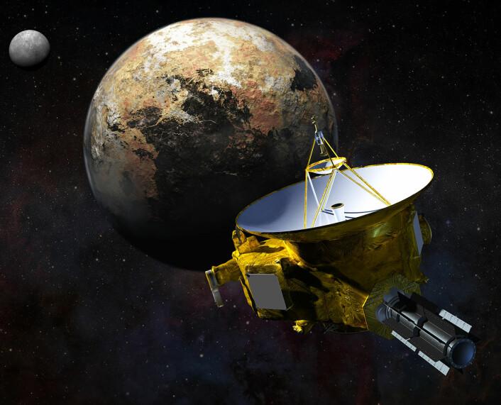 New Horizons nærmer seg Pluto. I bakgrunnen månen Charon. Bildene fra New Horizons vil vise detaljer ned til noen hundre meter på overflaten av Pluto, og har også kartlagt tre av dvergplanetens fem måner: Charon, Nix og Hydra. (Foto: (Illustrasjon: NASA))