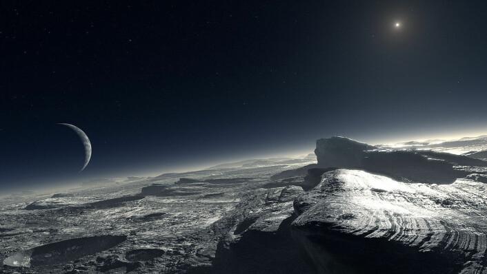 Pluto er en frossen dvergplanet. Denne illustrasjonen fra European Southern Observatory viser hvordan astronomene tenker seg overflaten av planeten, med flekker av ren frosset metan. På himmelen bak troner den forholdsvis store månen Charon, og bak lyser sola blekt og fjernt over dvergplaneten. (Foto: (Illustrasjon: ESO, L. Calçada. Creative Commons Attribution 4.0 International License.))