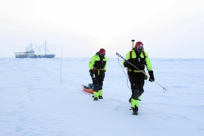 """R/V """"Lance"""" blir brukt som forskningsbase, mens forskerne måler isen rundt.  (Foto: Anja Rösel)"""