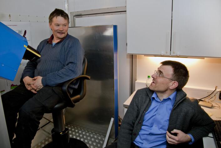 Vi måler radioaktivt cesium i folk med eit måleinstrument framfor dei delane av kroppen der det er mest blautvev (der er det mest cesium). Bildet er frå Røros i 2011 (Foto: Geir Tønset, Adresseavisen)