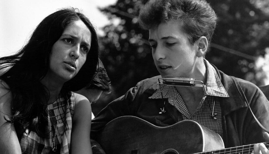 Bob Dylan framførte Blowin' in the Wind første gang i 1963. Bildet er tatt samme år. Dylan er den artisten som har brukt vær mest i tekstene sine, ifølge en britisk studie. Her er han sammen med sangeren Joan Baez på en borgerrettsmarsj i Washington DC. (Foto: National Archives and Records Administration)