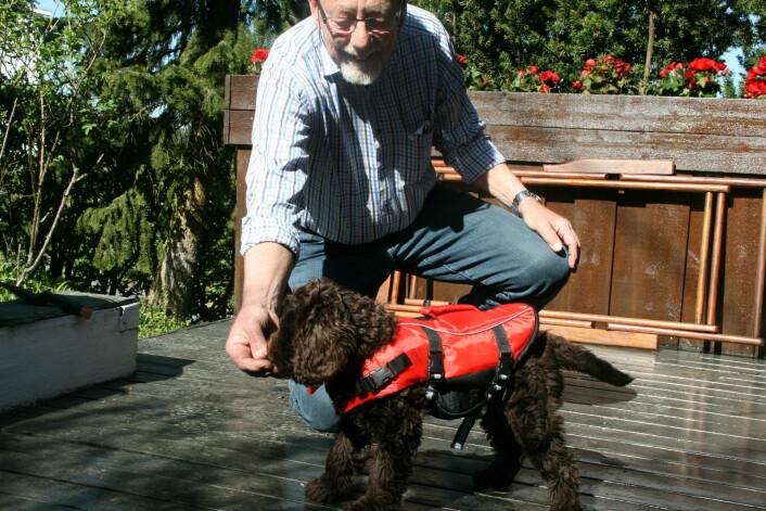 Gunnar er en ivrig seiler. Mia var derfor med på sin første båttur, med redningsvest, da hun var 9 uker gammel. (Foto: Emma Mary Garlant)