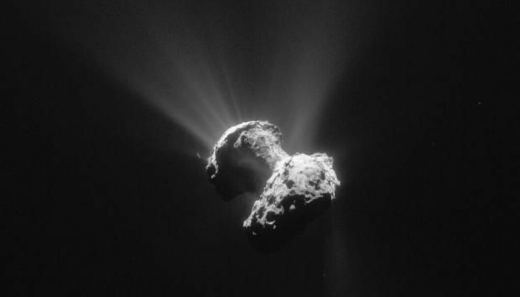 Komet 67P/Churyumov–Gerasimenko, fotografert 21. juni 2015. Sollys fremhever de mystiske hullene som preger kometens overflate.  (Foto: ESA)