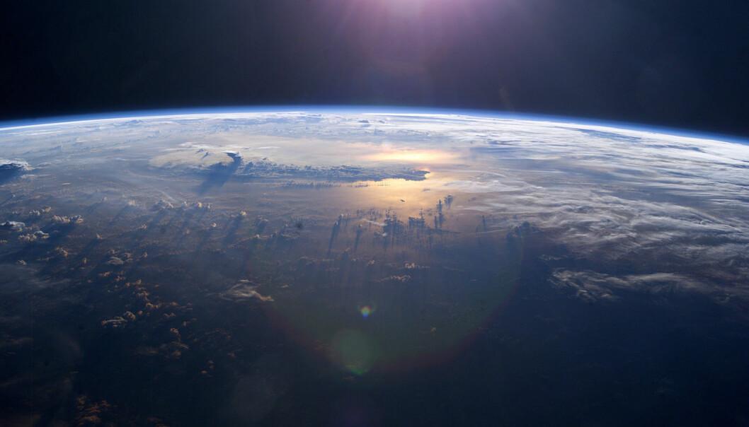 Sterkere passatvinder har blåst mer kaldt vann opp i de østlige delene av Stillehavet. Dette har avkjølt lufta, og kan forklare at den globale lufttemperaturen bare har steget ubetydelig siden 2003, ifølge en studie i siste utgave av tidsskriftet Science. Denne solnedgangen over Stillehavet ble fotografert fra Den internasjonale romstasjonen nettopp da utflatingen av temperaturene startet, i 2003. (Foto: NASA)