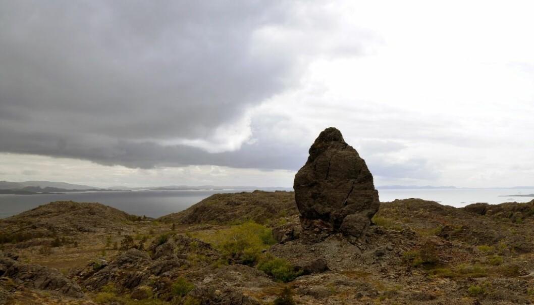Den brede ryggen til Lekamøya troner på et fjellplatå 106 meter over havet. Så høyt sto havet for vel 12 000 år siden. (Foto: Gudmund Løvø)