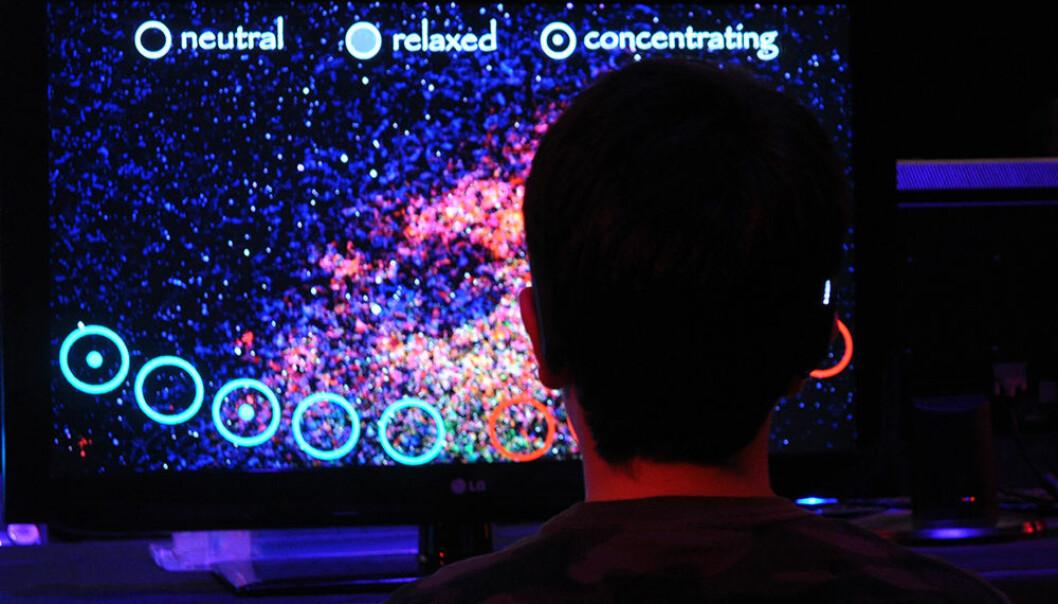 En deltaker påvirker sine egne hjernebølger i et forsøk med bilder og musikk på en kunstfestival i 2013. Nå publiseres resultatene. De viser at forsøkspersonene klarte å styre hjerneaktiviteten sin rekordraskt i grupper. Bak forsøkene ligger en datamodell av hjernen – The Virtual Brain – utviklet ved universitetssykehuset Baycrest i Canada. (Foto: Kelly Connelly / Baycrest Health Sciences)