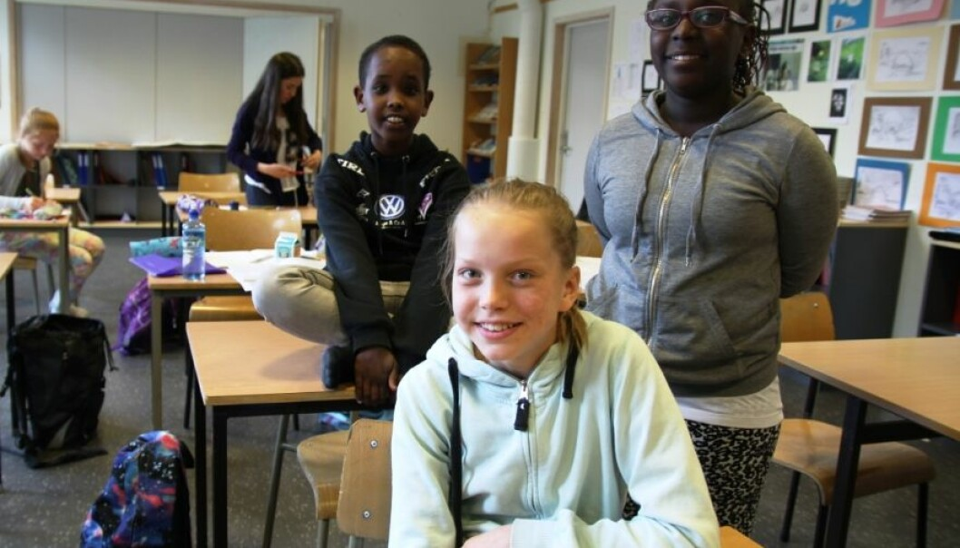 Yacqub Ahmed Adam, Helene Friborg og Elisabeth Umutoni går i femte klasse ved Førde barneskule, og blei forska på medan dei skulle lære seg brøkrekning. (Foto: Katrine Sele)