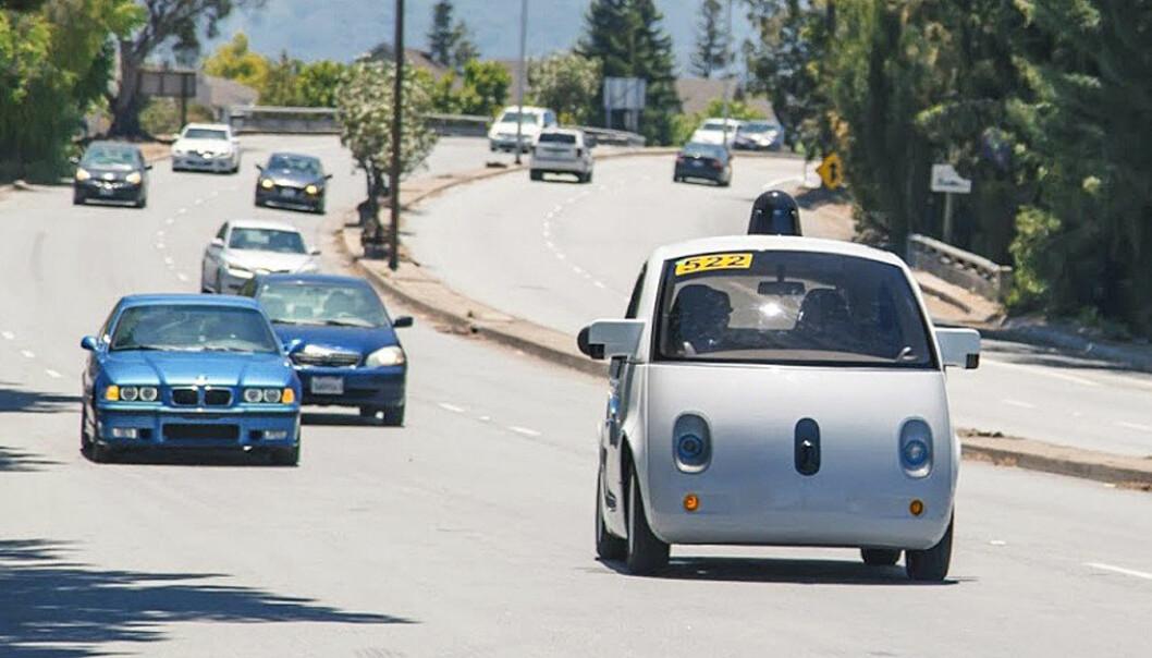 Datastyrte elektriske robotdrosjer kan redusere klimautslippene med over 90 prosent sammenlignet med dagens bensin- og dieselbiler, ifølge en amerikansk studie. Her kjører Googles førerløse bil på gatene i Mountain View i California i juni 2015. (Foto: Epa/GOOGLE/HANDOUT/Scanpix)