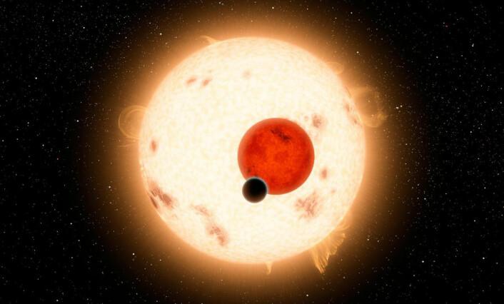 Planeten Kepler-16B går rundt en dobbeltstjerne i stjernebildet Svanen. Dobbeltstjernen består av en to stjerner, begge mindre og rødere enn vår sol. Planeten er på størrelse med Saturn i vårt solsystem. Bildet gir en antydning av hvor vanskelig det vil være å se lyset fra en mye mindre, jordlignende planet rundt en større og lysere sollignende stjerne. (Foto: Illustrasjon: NASA))