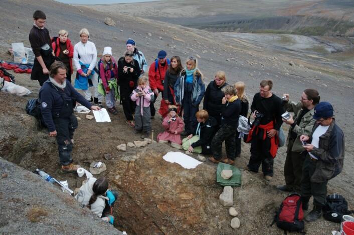 Formidling i felt! Når vi er på utgraving på Svalbard får vi besøk av fossilinteresserte turistgrupper. Foto: Hans Arne Nakrem