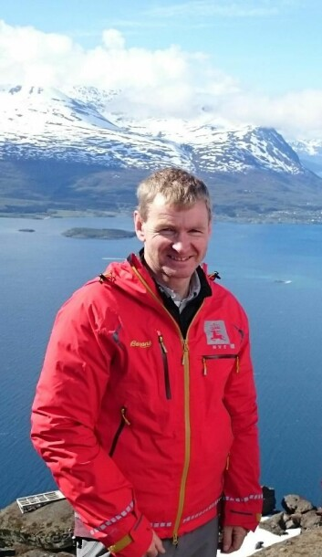 NVEs sjefsgeolog Lars Harald Blikra på det overvåka fjellpartiet Jettan i Troms. Utsyn mot Lyngen.   (Foto: Aart Verhage/NVE)