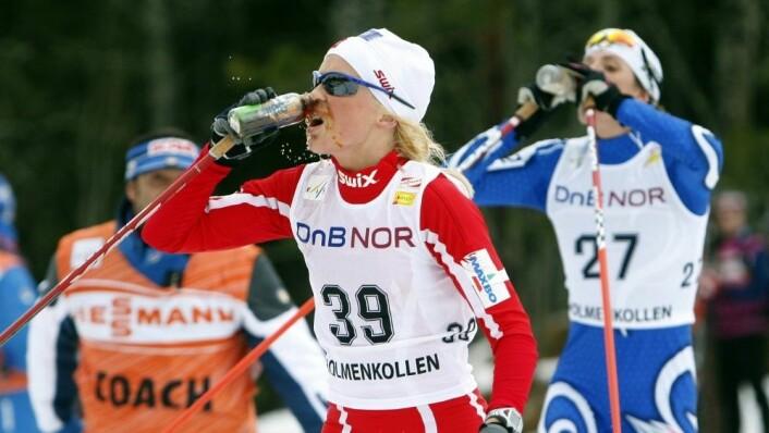 Norske toppidrettsutøvere får i seg drikke ut fra et regime tilpassa av Olympiatoppen. Her Therese Johaug under 30 km i Holmenkollen i 2008.  (FOTO: SIGURDSØN, BJØRN / NTB SCANPIX)
