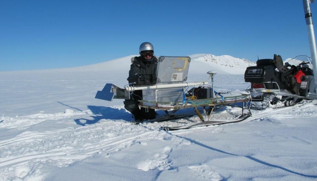 Når FFI-forskerne tester den første prototypen av RIMFAX-radaren kjører de over isbreer på Svalbard. Ved jevne mellomrom stopper de og lagrer dataene radaren produserer og sjekker at alt fungerer som det skal. (Foto: FFI)