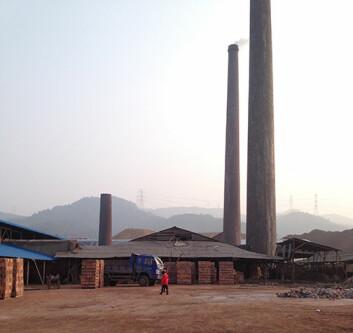 Fabrikk i en landsby Airborne undersøker. På denne type lokale kullfyrte fabrikker er det bare migranter fra langt fattigere områder som arbeider. (Foto: Mette Halskov Hansen)