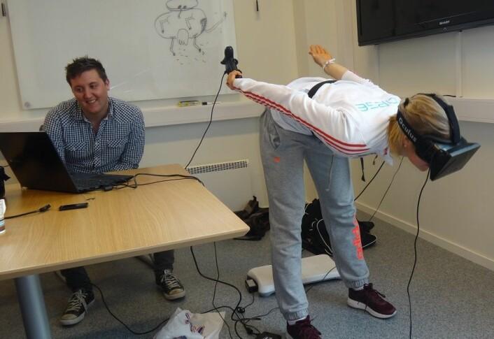 Masterstudent Emil Moltu Staurset og landslagshopper Maren Lundby prøver simulatoren.  (Foto: NTNU)