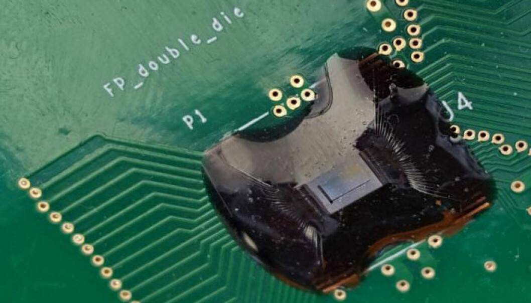 Det lille blålige vinduet midt på den svarte brikken inneholder et rutenett av mange små vibratorer som sender ultralyd ned i fingertuppen. Slik leses fingeravtrykk i dybden for å identifisere eieren. Slike fingeravtrykk er mye vanskeligere å forfalske enn de som bare ser mønsteret på overflaten av fingeren.  (Foto: Dave Horsley/University of California, Davis)