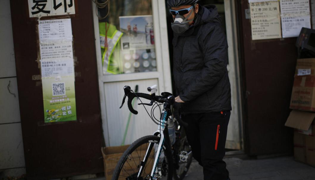 Sykling er bra for både miljøet og helsa, men i Beijing i Kina er syklistenes helse truet av svært forurenset luft. Mange velger å puste gjennom en maske. Et av tiltakene forskere foreslår for å bedre luftkvaliteten, er at vi kvitter oss med kullproduksjon. (Foto: Kim Kyung-Hoon/Reuters)