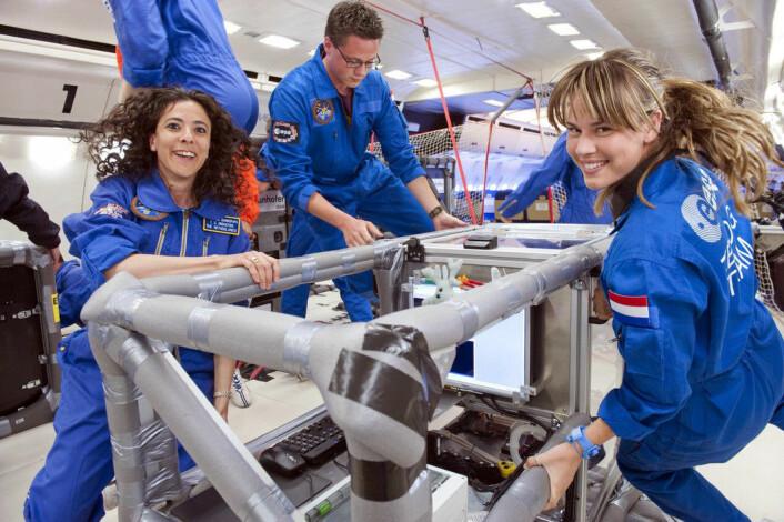 Studentgruppen ARID utfører forsøket sitt i vektløshet under parabelflygning i Fly Your Thesis! i 2011. (Foto: ESA/A. Le Floc'h)