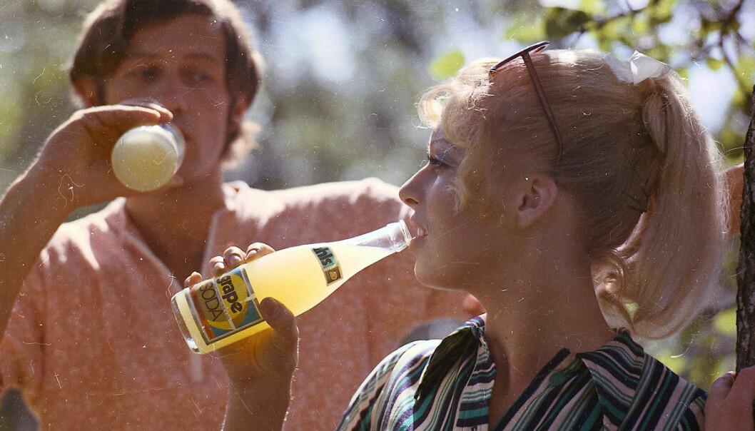 På 1970-tallet var søt brus sunt. Ifølge forskningen kunne du verken bli overvektig eller få hjerteproblemer av sukker. Bildet er et reklamefoto fra EC Dahl.  (Foto: Schrøder / Sverresborg Trøndelag Folkemuseum)