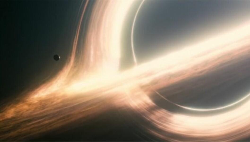 I filmen Interstellar kretser en planet enormt raskt rundt et enormt sort hull. Det gjør at tiden går veldig langsomt, hvis man betrakter planeten utenfra.  (Illustrasjon: Paramount)