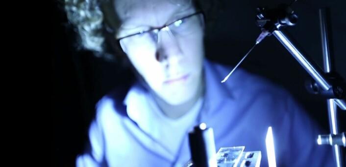 Claas Willem Visser fra Universitetet i Twente, Nederland, mener at deres nye metode for 3D-printing av rene metaller kan brukes til å printe mikroskopiske koblinger mellom databrikker.  (Foto: Privat)