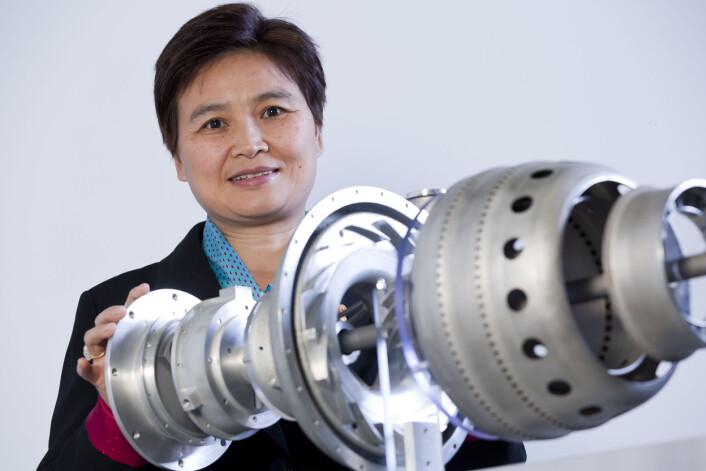 Professor Xinhua Wu fra Monash University i Australia, viser frem verdens første 3D-printede jetmotor. (Foto: Monash University)
