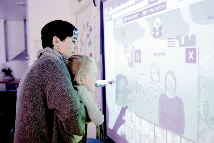 Bø barnehage har ein smartboard kor barna mellom anna speler dyrelotto på teiknspråk. – Barna har kopla samanhengen mellom visuelle uttykk og teikn, seier pedagog Elin Stevnebø. (Foto: Paul Sigve Amundsen)