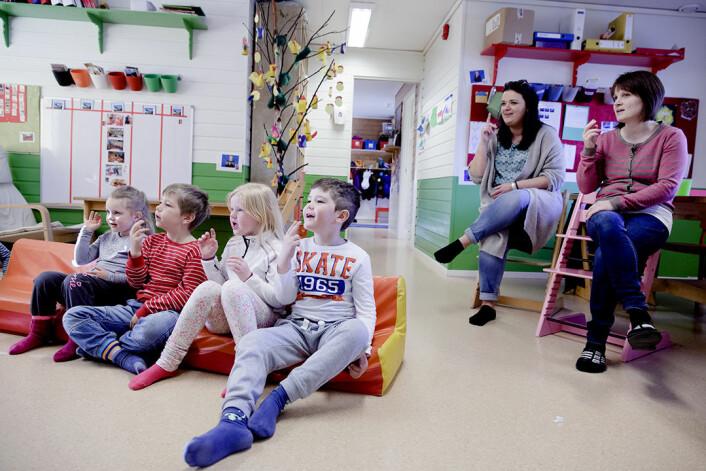 Målet for teiknspråkpiloten er å auke statusen til teiknspråket. Det har barnehagen klart. Ungane er stolte og krye over å vise fram teikn. Fra venstre: Michelle, Martin, Mariell, Rasmus, Gro Håland (styrer) og Ingvill Hovland (støttepedagog). (Foto: Paul Sigve Amundsen)