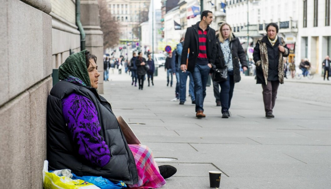 Romfolk tigger utenfor Stortinget på Karl Johans gate i Oslo. Inne på Stortinget er det ikke alle som tror på forskerne som sier at de er kommet til Norge uten bakmenn. (Foto: Fredrik Varfjell/NTB scanpix)