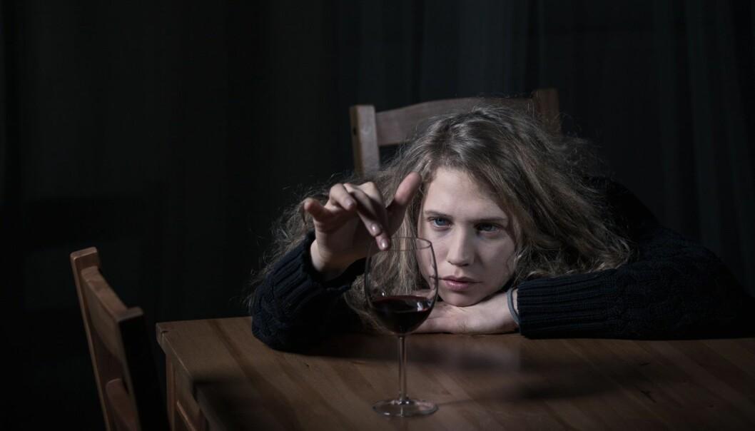 Psykiske plager gir ikke mer tenåringsfyll, ifølge ny studie. Det er de triste unge voksne som drikker for beruselsens skyld. (Foto: Microstock)