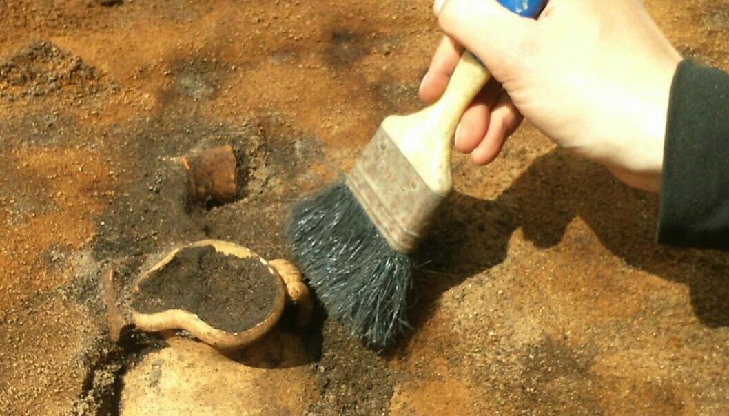 En liten keramikkanne ga arkeologene hakeslipp. Noe slikt er aldri funnet i Danmark. (Foto: Sydvestjyske Museer)