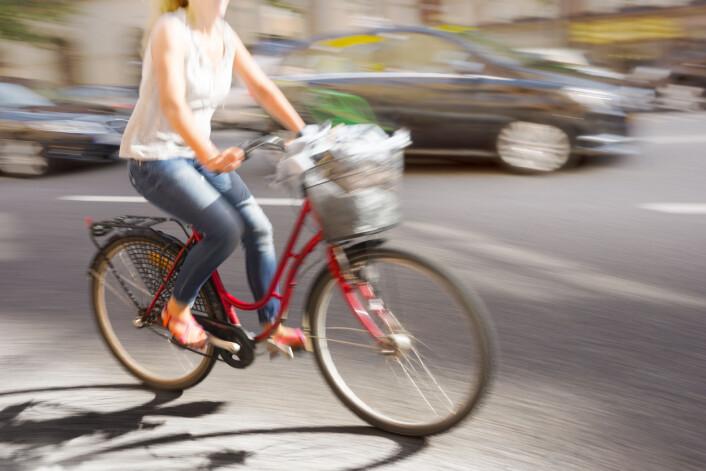 En annen type syklist er kurv-på-styre-syklisten, som for det meste består av 40-, 50- og 60-åringer. De er i utgangspunktet veldig forsiktige, men kan lett bli litt uforutsigbare, ifølge Bjørnskau ved TØI.  (Foto: Microstock)