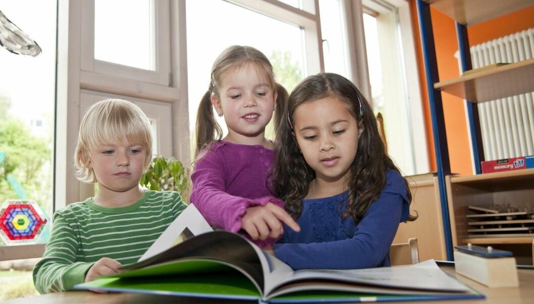 Det er et kjent faktum at små jenter er språklig tidligere ute enn guttene. Nå viser en studie fra Lesesenteret at jenter også er mest interessert å lese, rime og leke med ord enn gutta. (Foto: Pixtal/Scanpix)