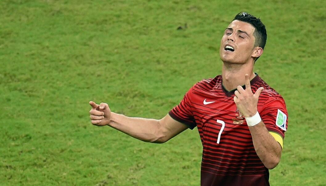 Cristiano Ronaldo fortviler under fjorårets VM-kamp mot USA. Det gjorde sikkert også de som hadde gamblet på at han skulle score først og at laget hans skulle vinne stort. Resultatet ble 2–2. Nani sto for Portugals 1-0-mål. Etter to amerikanske scoringer utlignet Varela på overtid. (Foto: Fabrice Coffrini, AFP)