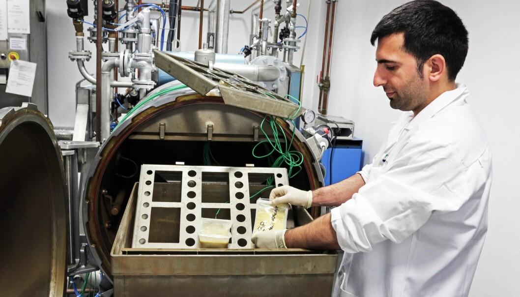 Baris Ates rister fiskesuppe tilsatt Listeria- og Bacillus-bakterier i denne Shaka-autoklaven. Suppa ble trygg på mye kortere tid enn ved bruk av vanlig statisk autoklav. (Foto: Lidunn Mosaker Boge)