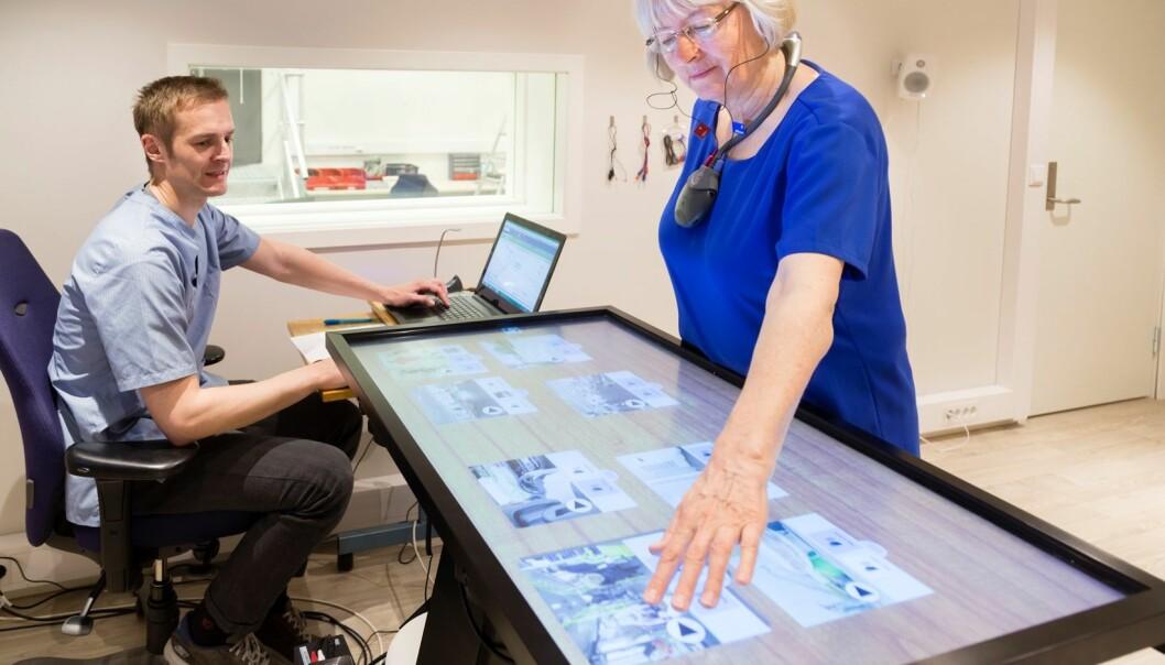 Med lydbilder og touchskjerm kan brukeren trykke på en hverdagslig situasjon - som for eksempel en kantine. Hun kan selv bygge den ut ved å legge til lyd ved å trykke på bilde av bestikk eller styre lyden opp og ned. (Foto: Thor Nielsen)