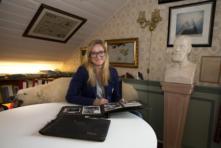 Daglig leder og førsteamanuensis ved Polarmuseet, Lena Aarekol, ble nysgjerrig på et bilde hun fant i et fotoalbum. Det ble begynnelsen på en ny forståelse av den tidligere turismen og trofejakten i Arktis.  (Foto: Stig Brøndbo)